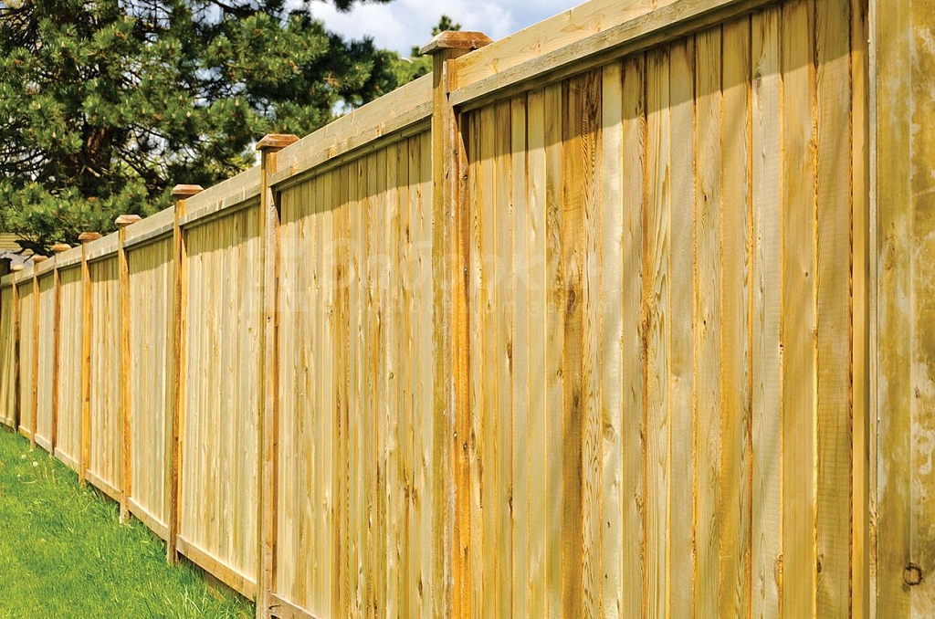 сплошной забор из дерева