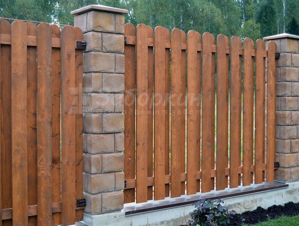 забор из дерева и камня